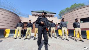 ماموران پلیس در برابر خانه مشرف