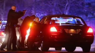 Polícia cerca carro  (foto: Getty)