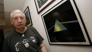 O artista Storm Thorgerson diante de reprodução de sua obra mais famosa, a capa do disco 'The Dark Side of The Moon' (PA)