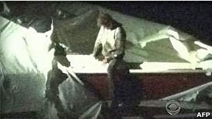 Imagens cedidas pela CBS mostram momento em que Dzhokhar Tsarnaev sai do barco (AFP/Getty)