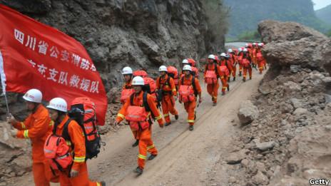 消防员赶往灾区