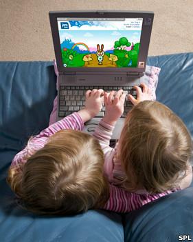 Niñas jugando con un computador