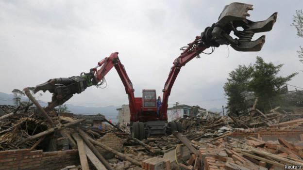 大型救援机械在芦山地震灾区现场(25/04/2013)
