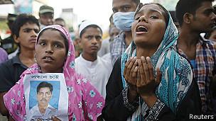 familiares de víctimas de derrumbe en Bangladesh