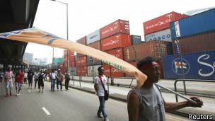 香港葵涌码头货柜工人罢工持续近一个月(25/04/2013)