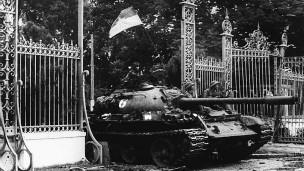 Xe tăng Bắc Việt tiến vào Dinh Độc lập 30/4/1975