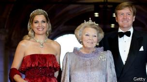 Королева передала корону сыну Виллему-Александру