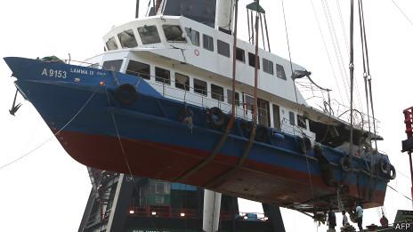 搬运人员从香港南丫岛岸边吊运移走南丫四号残骸(14/10/2012)
