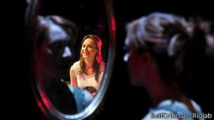 Mujeres mirándose al espejo
