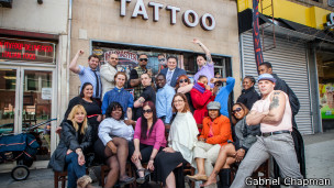 Empleados muestran sus tatuajes