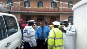 Polisi wakiwasili kwenye kanisa baada ya mripuko
