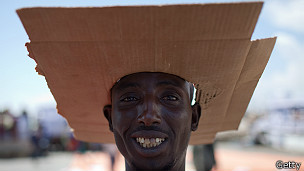 Hombre con sombrero de cartón