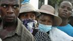 Người dân xếp hàng bên ngoài bệnh viện tại Haiti