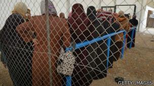 Yardım kuyruğundaki mülteci kadınlar