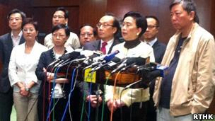 """香港泛民主派议员会见媒体记者表达反对""""剪布""""立场(香港电台图片13/5/2013)"""