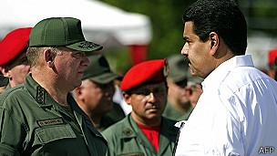 Nicolás maduro y el ministro de defensa, Diego Molero.
