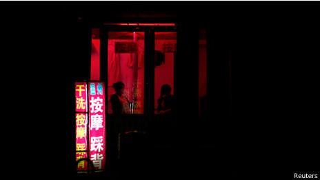 两名女性坐在山东潍坊一家按摩院窗口(20/04/2011)
