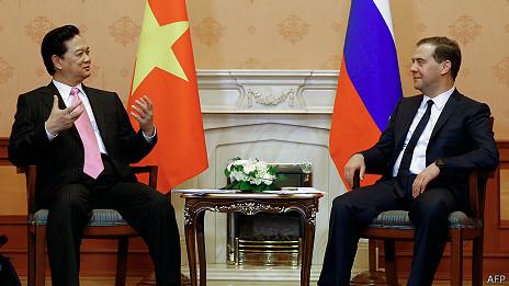 Thủ tướng Nguyễn Tấn Dũng (trái) và Thủ tướng Dmitry Mededev hôm 14/5