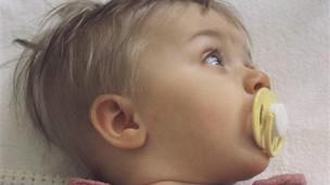 Bebé con chupón