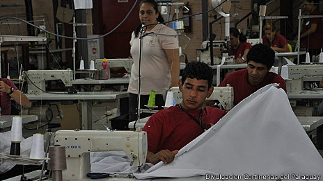 Trabajadores en maquila paraguaya