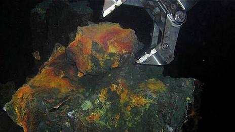 Grúa en el fondo del mar