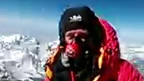 O alpinista Daniel Hughes no cume do Everest
