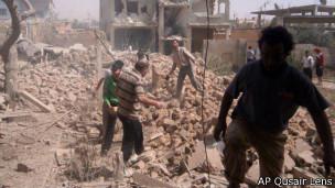 古赛尔镇居民拍摄的照片显示政府军空袭带来的破坏