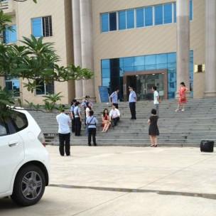 杨金柱律师在法院外和妻子静坐抗议(杨金柱律师博客图片)