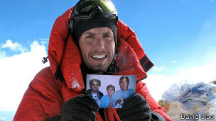 Liaño en la cumbre con la foto de su familia