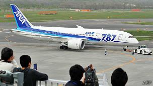一架全日空波音787客機在札幌新千歲機場凖備起飛(26/5/2013)