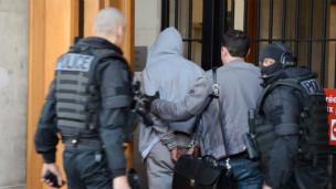 在巴黎附近刺傷法國士兵的嫌疑人被警方逮捕。