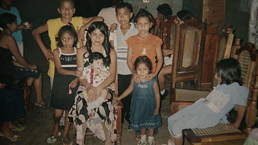 Beatriz con sus parientes en la celebración de sus 15 años. Foto: Cortesía El Faro