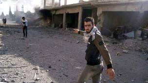 Mwanaharakati wa Qusair akitembea katika mji huo unaoshambuliwa na jeshi la serikali ya Rais Assad