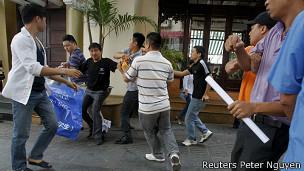 Hai người biểu tình, Đỗ Tuấn (thứ ba từ trái sang) và Trương Ba Không (thứ hai từ phải) bị bắt
