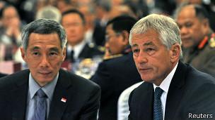 Thủ tướng Singapore Lý Hiển Long và Bộ trưởng Quốc phòng Hoa Kỳ Chuck Hagel ngồi nghe diễn văn của ông Nguyễn Tấn Dũng