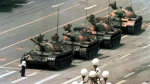 Protestante solitario frente a hilera de tanques en plaza Tiananmen, junio 1989