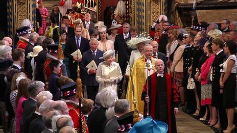 女王和丈夫菲利普親王在1953年加冕儀式上演奏的同一支樂曲中步入威斯敏斯特教堂。