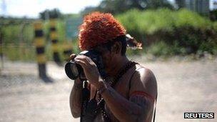 Un indígena hace una fotografía