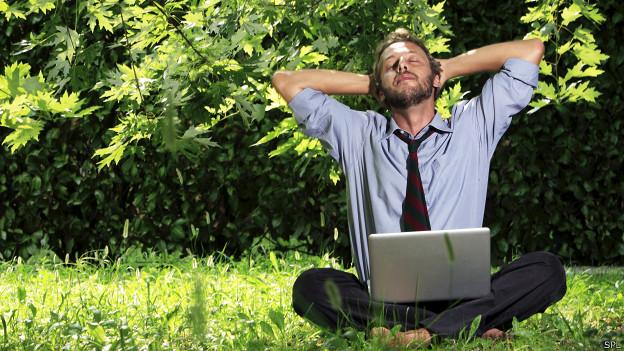 Hombre con laptop en parque