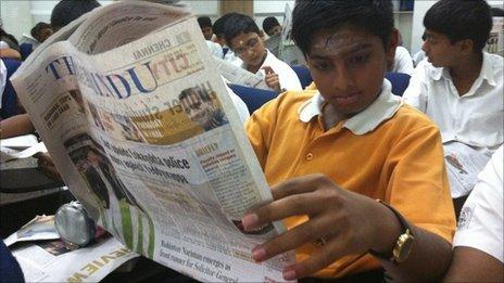Joven leyendo un periódico
