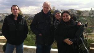 Lina Sinjab (dir) com seus colegas da BBC, na Síria