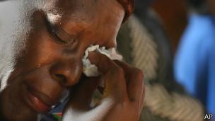 Fiel chora por mandela na Igreja Regina Mundi (Foto AP)