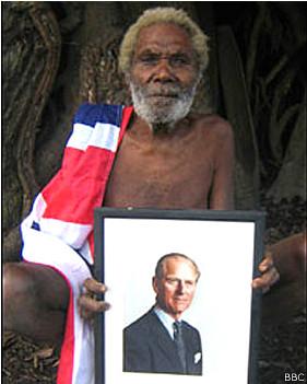 Indígena de la tribu Yaohnanen con una foto del príncipe Felipe
