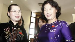 Hai đại biểu Đỗ Thị Huyền Tâm (bên trái) và Nguyễn Thị Kim Ngân