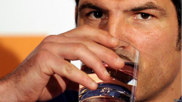 Hombre tomando agua