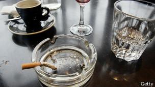 Cigarrillo, agua y café