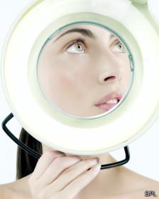 Mujer en examen de la piel