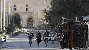 Rebeldes do Exército Livre da Síria correm de atiradores (Reuters)