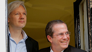 Julian Assange y el canciller de Ecuador, Ricardo Patiño