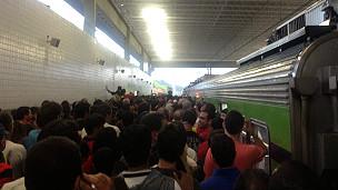 Aglomeracion de gente en una estación en Brasil